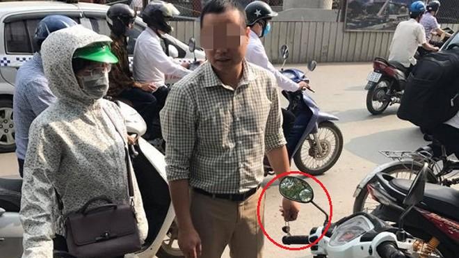 Sau va chạm giao thông, người đàn ông rút chìa khóa xe của người phụ nữ rồi yêu cầu bồi thường. (Ảnh: Lại Hạnh)