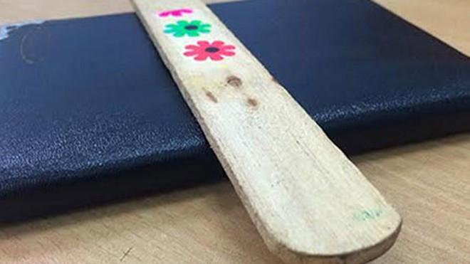 Phách nhạc bằng gỗ mà cô Thảo đã dùng để đánh vào tay học sinh (ảnh Đức Hùng).