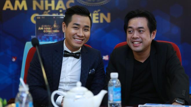 Đạo diễn âm nhạc Dương Khắc Linh và MC Nguyên Khang tham dự lễ bình chọn giải Cống hiến tại TP.HCM.