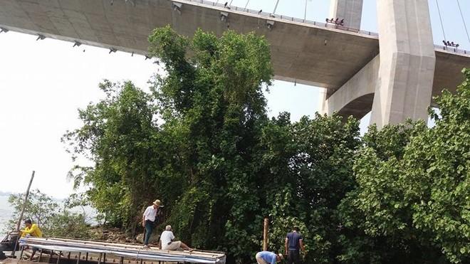 Đội dân phòng bắt đầu công việc tìm kiếm thi thể nạn nhân nhảy cầu.