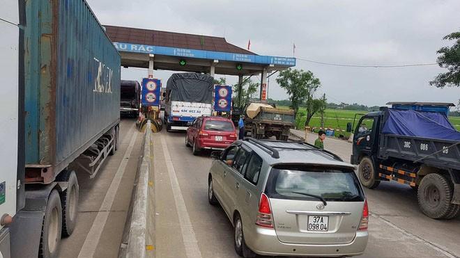 Sau cầu Bến Thuỷ, tình trạng tập trung đông người phản đối trạm thu phí tiếp tục xảy ra tại trạm Cầu Rác (Hà Tĩnh). Ảnh: Minh Thuỳ