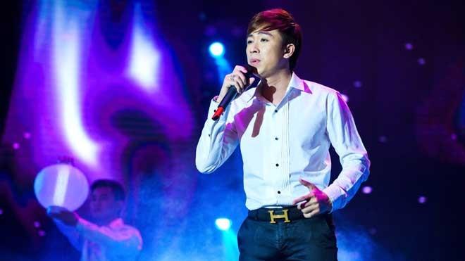 Ca sỹ Hồ Việt Trung đang thể hiện ca khúc Con đường xưa em đi