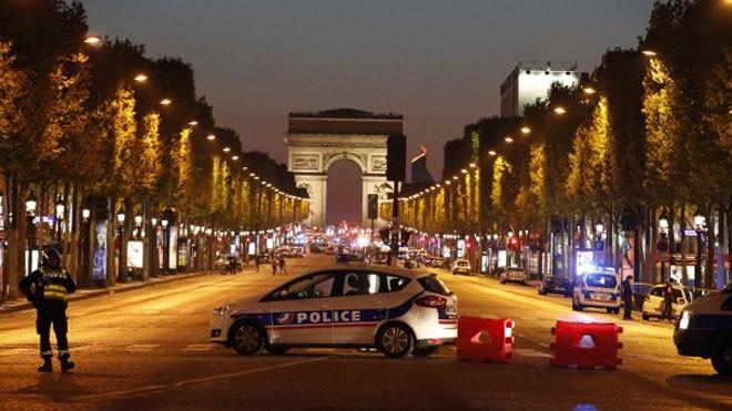 Hiện trường vụ tấn công tối 20/4 ở trung tâm Paris. Ảnh: AP