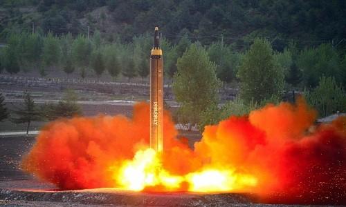 Tên lửa tầm trung Hwasong-12 của Triều Tiên rời bệ phóng. Ảnh: KCNA.