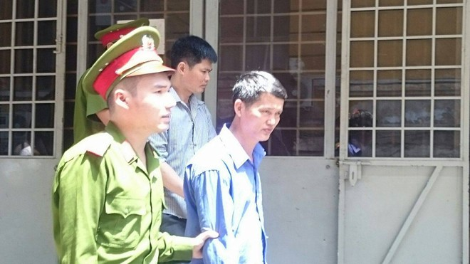 Hai bị cáo lãnh 34 năm tù vì hành vi mua bán ma túy. Ảnh: Tân Châu