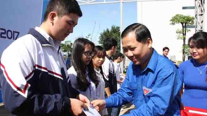 Anh Nguyễn Phi Long, Bí thư T.Ư Đoàn, Chủ tịch Hội LHTN Việt Nam trao 20 suất quà 20 em học sinh có hoàn cảnh khó khăn, vươn lên học giỏi