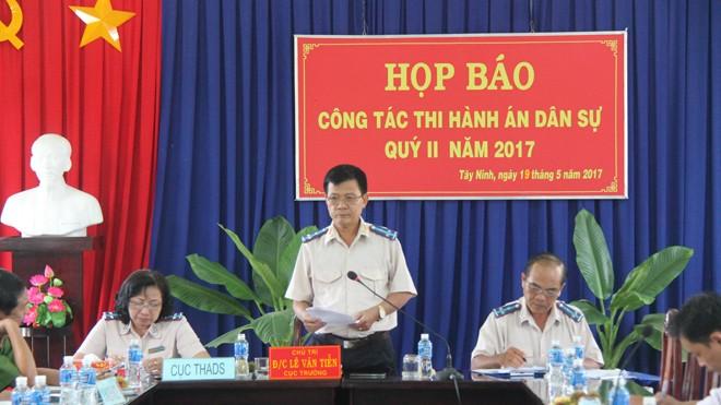 Cục trưởng Lê Văn Tiễn (đứng) tại buổi họp báo định kỳ chiều nay 19/5. Ảnh: Tân Châu