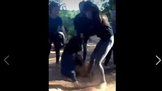 Nữ sinh Q. bị đánh hội đồng đến thủng màng nhĩ. Ảnh cắt từ clip.