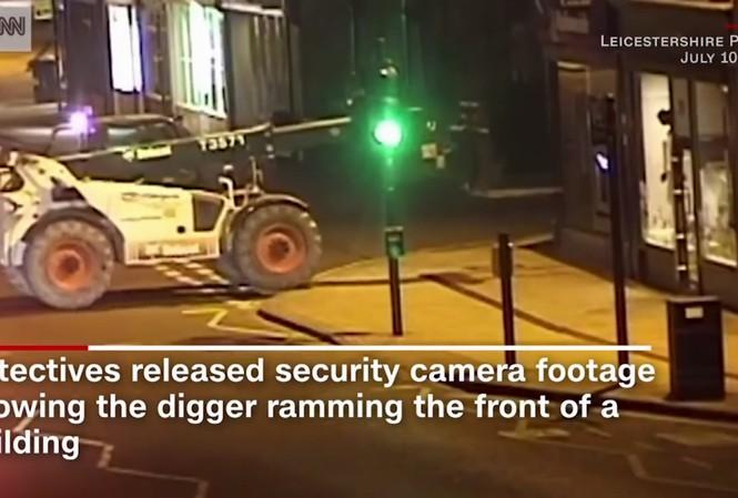 Trộm dùng máy xúc đào cả cây ATM ở Anh