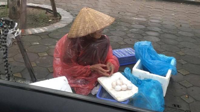 Cụ bà đội mưa bán trứng bên vỉa hè khiến nhiều người xúc động.