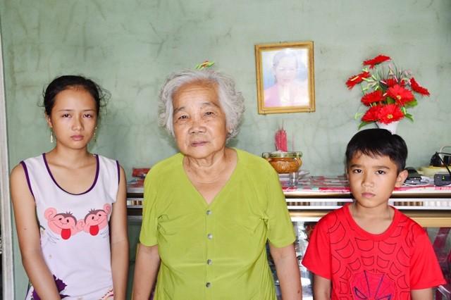 Hai chị em Trang bên bà ngoại.