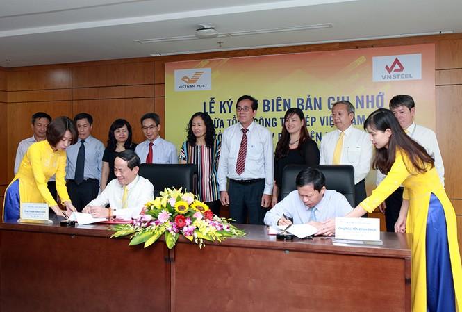 Tổng giám đốc Vietnam Post Phạm Anh Tuấn và Tổng giám đốc VNSteel Nguyễn Đình Phúc ký biên bản ghi nhớ giữa hai Tổng công ty.