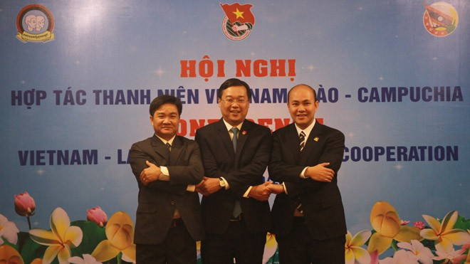 Anh Lê Quốc Phong, anh Sỏn Thạ Nu Thăm Mạ Vông và anh Hun Many (bìa phải) thể hiện tinh thần đoàn kết hữu nghị giữa tổ chức Đoàn thanh niên ba nước.