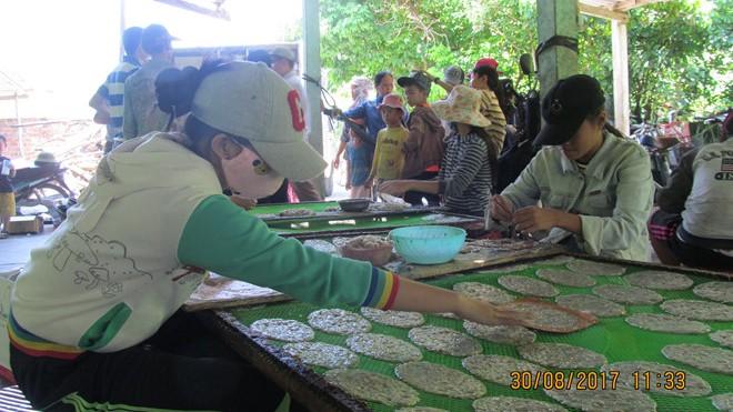 """Các học trò """"Chanchu"""" bóc cá bò để kiếm tiền mua sách vở trước năm học mới."""