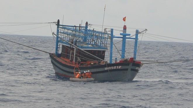 Lực lượng tìm kiếm cứu nạn tiếp cận tài cá QNa 95717 có nạn nhân bị đau tim nguy kịch trên biển. Ảnh: Trung tâm II cung cấp.