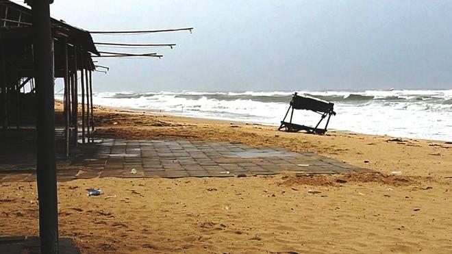 Người dân ven biển TT-Huế cần cảnh giác với sóng dữ trước bão để tránh tai nạn đáng tiếc như tại bãi biển Điền Lộc, huyện Phongg Điền.