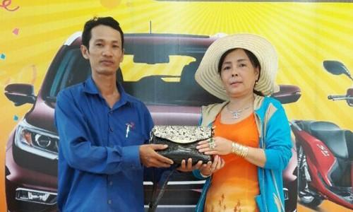 Anh Khương (bìa trái) trả lại tài sản cho người bị mất