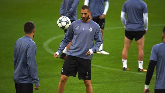 Benzema dính chấn thương ở trận gặp Eibar.