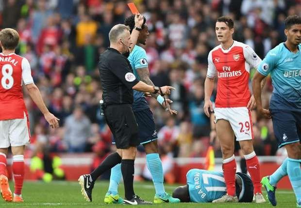 Granit Xhaka nhận thẻ đỏ vì chơi xấu.