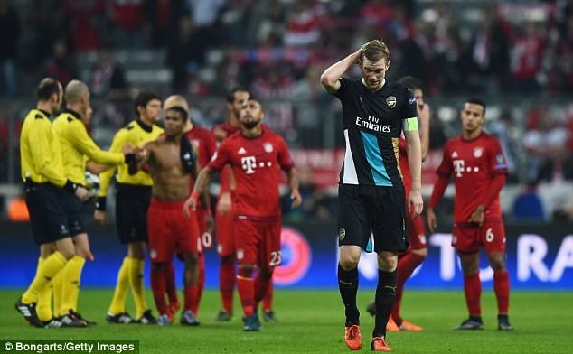 Per Mertesacker của Arsenal sa trận thua 1-5 trước Bayern năm 2015