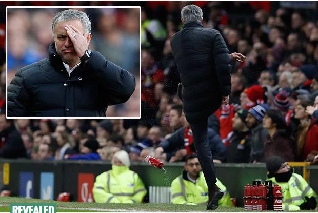FA phạt HLV Jose Mourinho vụ đá chai nước vì cho rằng nó có thể gây nguy hiểm cho mọi người.