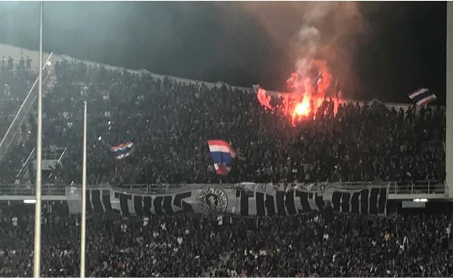 CĐV Thái Lan đốt pháo sáng trên sân.