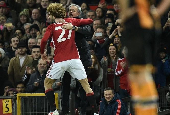 Fellaini ôm chầm lấy HLV Mourinho sau khi ghi bàn vào lưới Hull City.