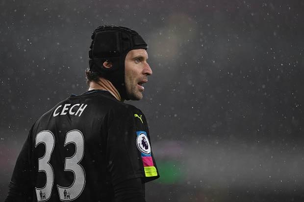 Petr Cech mắc sai lầm nghiêm trọng trong trận đấu với Chelsea.