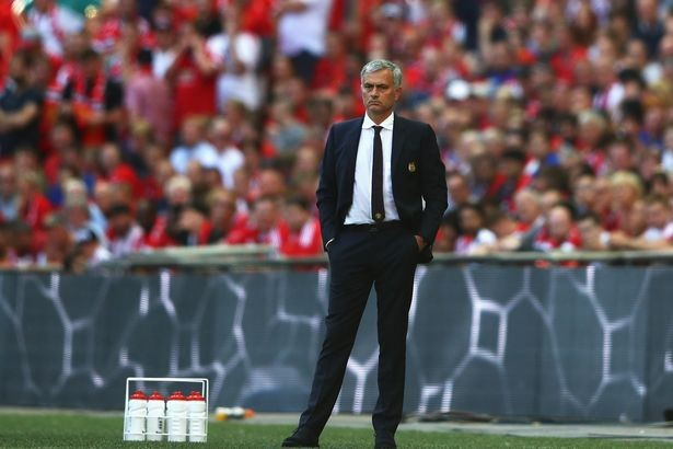 Mourinho không vui trước thái độ của các học trò trước trận.