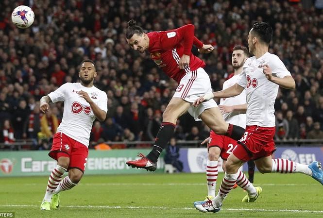Ibrahimovic tiếp tục tỏa sáng rực rỡ ở tuổi 35.