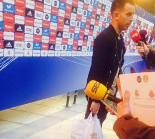 Trọng tài Jesus Gil cầm một túi đồ được Real Madrid tặng.