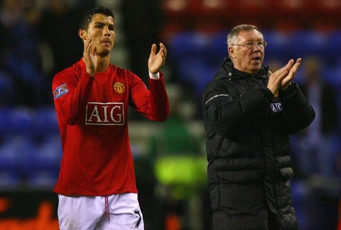"""Ronaldo bị Sir Alex Ferguson """"ép"""" mang áo số 7 ở M.U."""