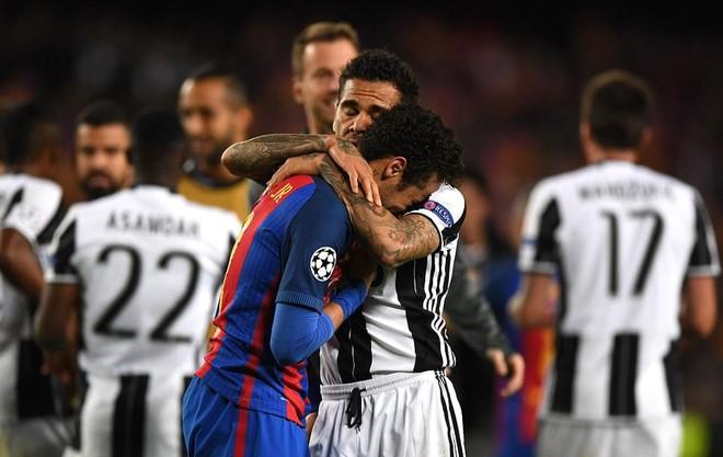 Alves tới an ủi Neymar.