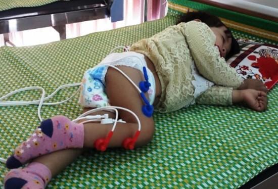Chuyên gia y tế nhận định cháu bé mắc phải hội chứng Guillain-Barré, hội chứng mà y học rất hạn chế trong việc điều trị. Ảnh:  Anh Khắc Tạo chia sẻ trên facebook