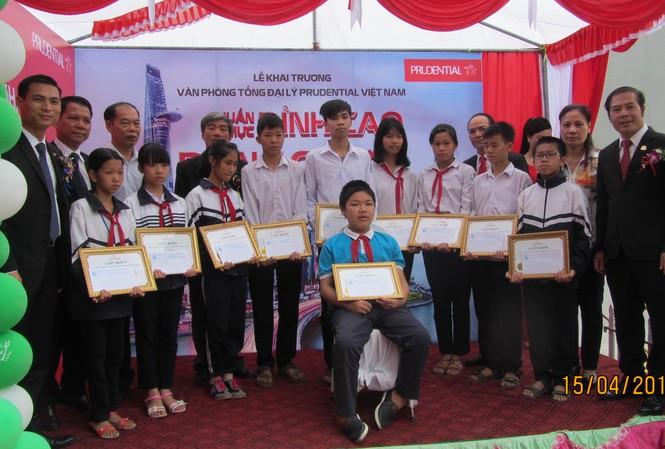 Học sinh nghèo hiếu học tại huyện Đan Phượng, Hà Nội được trao tặng học bổng