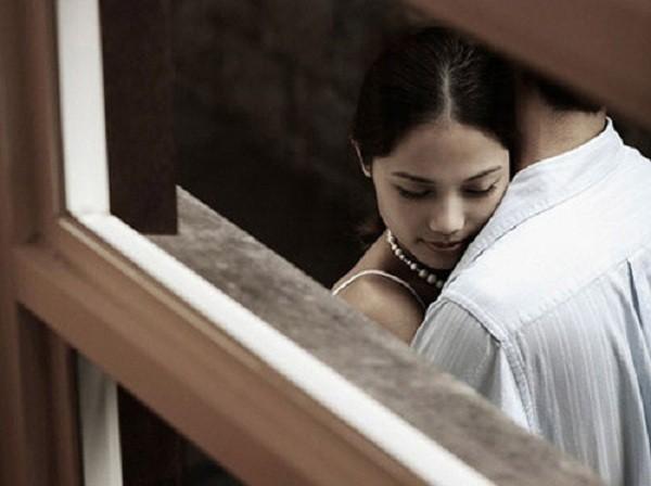 Nửa đêm, chồng sang nhà tình cũ đơn thân để ... an ủi - ảnh 1