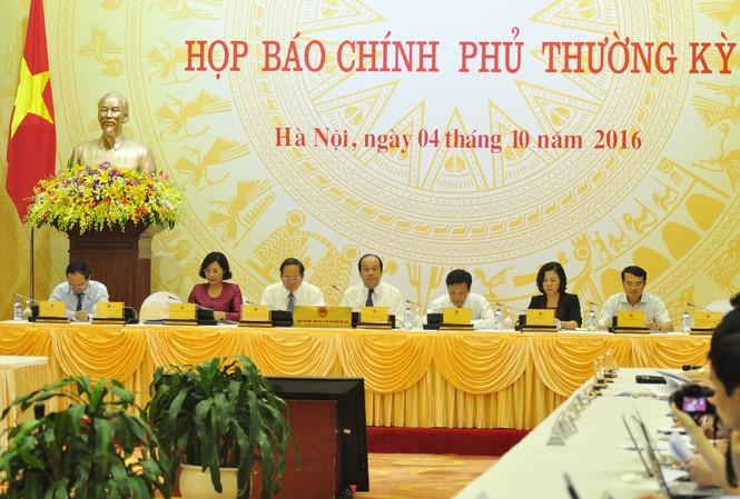 Các thành viên Chính phủ tại buổi họp báo