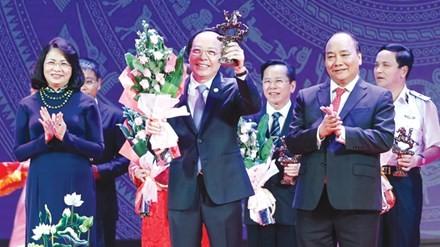 Thủ tướng Nguyễn Xuân Phúc và Phó chủ tịch nước Đặng Ngọc Thịnh trao giải Doanh nhân tiêu biểu năm 2016. Ảnh: Hồng Vĩnh.