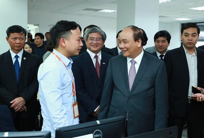 Thủ tướng trò chuyện với nhân viên Công ty FPT Software. Ảnh: CP