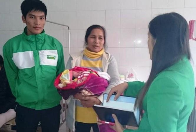 Tài xế Dũng cùng người thân cháu bé tại Bệnh viện Đa khoa tỉnh Hà Nam