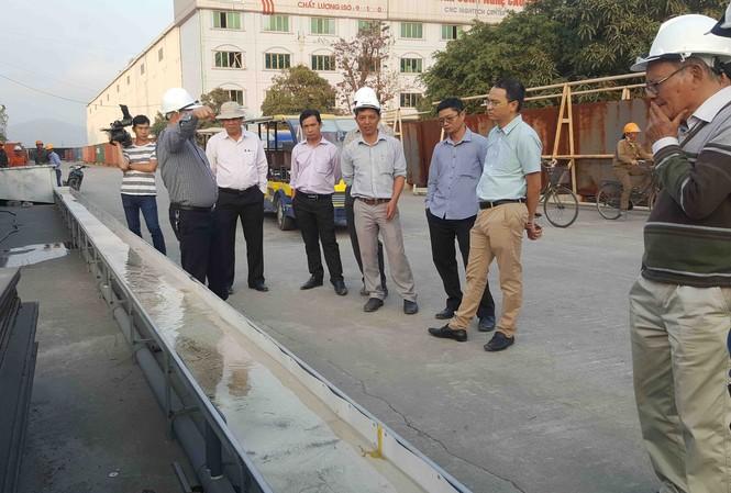 Cơ quan chức năng TP HCM thực mục sở thị cỗ máy đa năng vừa hút nước vừa vớt rác doa Tập đoàn Công nghiệp Quang Trung chế tạo.