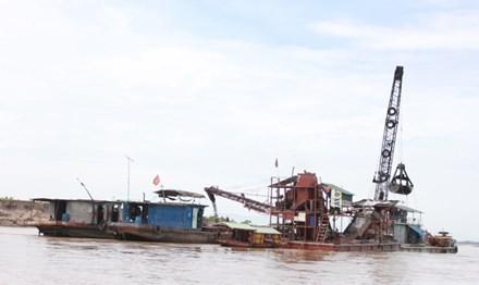 Hình ảnh khai thác cát trái phép do PV Tiền Phong ghi lại. Ảnh: Minh Đức