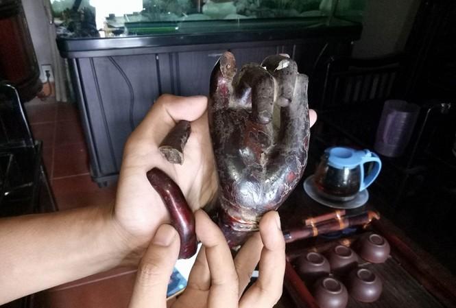 Bàn tay và nhiều ngón tay Phật bị gẫy trong quá trình trộm cắp.