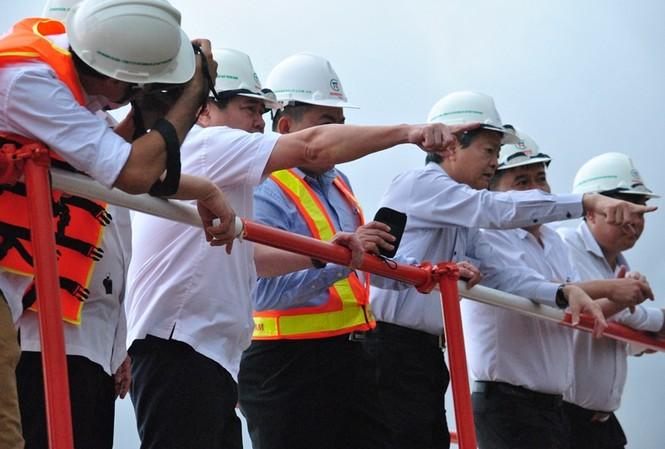 Chủ tịch UBND TPHCM Nguyễn Thành Phong thị sát dự án chống ngập 10 nghìn tỷ đồng. Ảnh: Quốc Ngọc