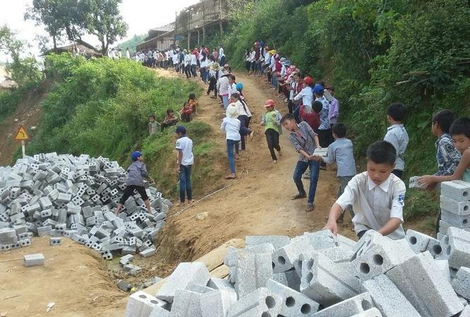 Hình ảnh của các em học sinh Trường Tiểu học Pá Vạt (xã Mường Luân, huyện Điện Biên Đông, tỉnh Điện Biên) khiến người lớn không khỏi thán phục.