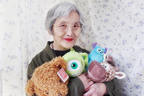 Bà Huang Citong (74 tuổi, sống tại Hồ Nam, Trung Quốc) luôn giữ nếp sống giản dị kể từ khi còn làm công nhân nhà máy. Hồi tháng Hai năm ngoái, bà Huang đã đến thăm cô cháu gái Guo Jingjing(20 tuổi) vốn là một người trẻ yêu thời trang và nhiếp ảnh.
