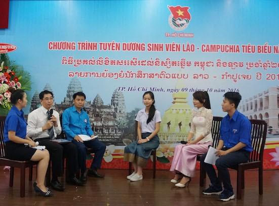 Giao lưu với 4 gương điển hình sinh viên Lào - Campuchia năm 2016. Ảnh: Ngọc Tuyết