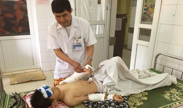 BS Hùng kiểm tra lại cánh tay sau mổ cho bệnh nhi
