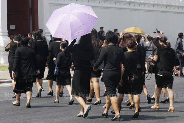 Người dân Thái Lan mặc đồ đen đổ về cung điện để tiễn biệt nhà vua Bhumibol Adulyadej.