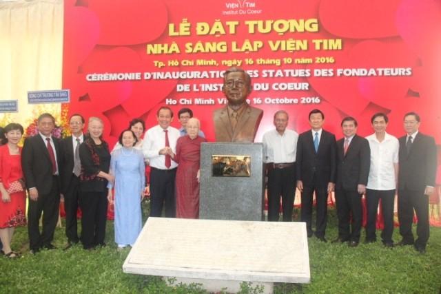Các vị lãnh đạo Trung ương và TPHCM tham dự lễ dựng tượng cố GS-Viện sĩ Dương Quang Trung. Ảnh: Quốc Ngọc